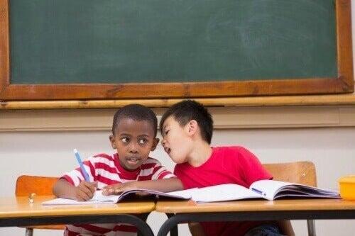 Wat te doen met kinderen die in de klas te veel praten
