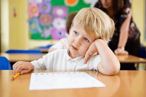 Kind is niet met zijn schoolwerk bezig