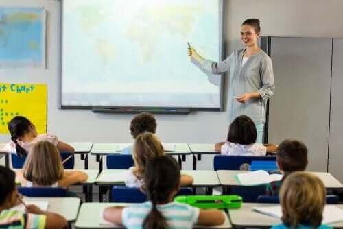 Leerlingen luisteren naar een les