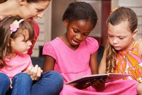 Groepje meisjes aan het lezen