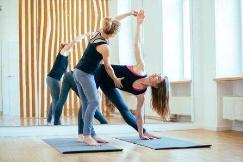 Vrouw krijgt yogales