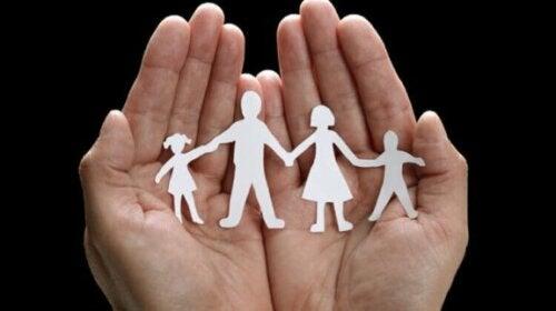 Familie uit papier geknipt