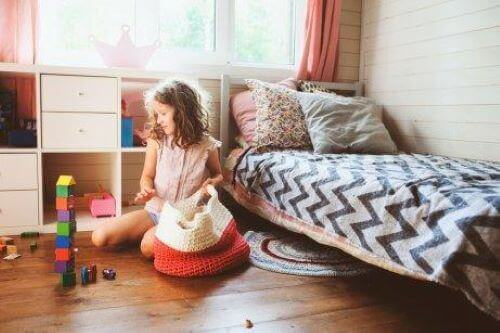 Meisje ruimt haar kamer op