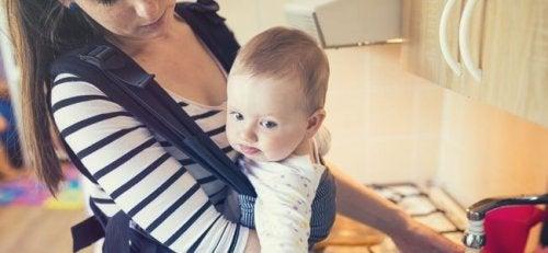 Moeder heeft een baby in een drager