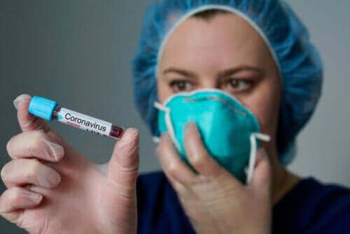 Verpleegkundige met een bloestest