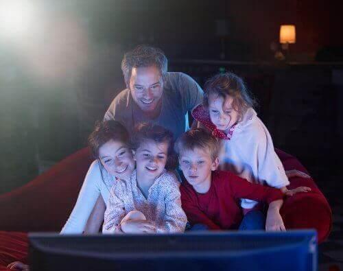 Met het gezin van een film genieten