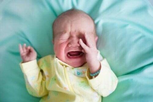 Waarom worden baby's plotseling huilend wakker?