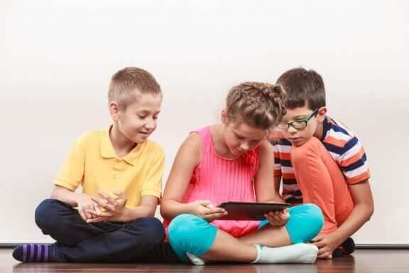 Meisje en haar vriendjes op een tablet