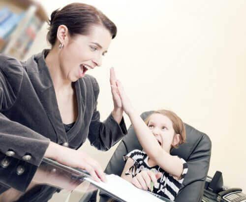 Moeder geeft dochter positieve bekrachtiging
