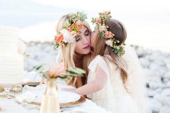 Moeder en dochter met bloemenkrans