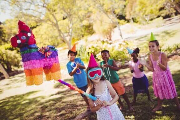 Kinderfeestje met een piñata
