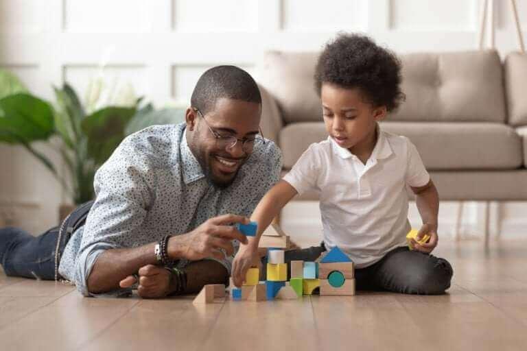 Vader en zoon spelen met blokken