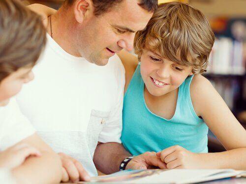Vader helpt kinderen met lezen