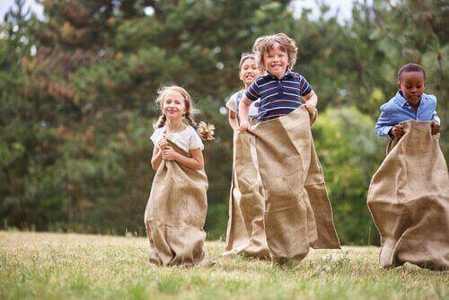 Kinderen doen aan zaklopen