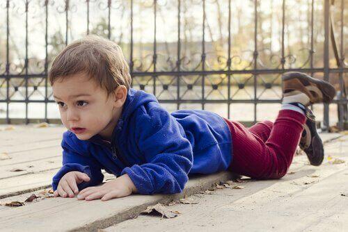 Een baby is op de grond gevallen