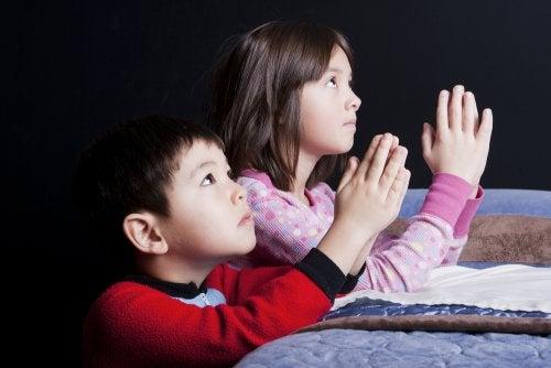 Kinderen die bidden voor het slapen