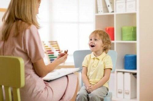 Psychologe praat met jongetje die blij is