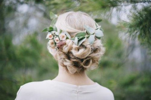 Bloemen in de haren van een bruid