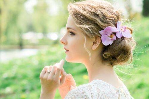 Haarsieraden met bloemen voor een bruid: romantische stijlen