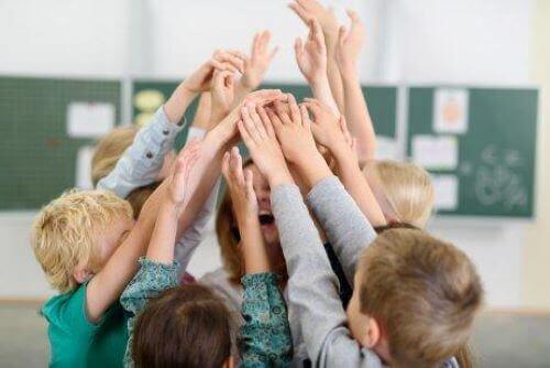Kinderen vieren een overwinning