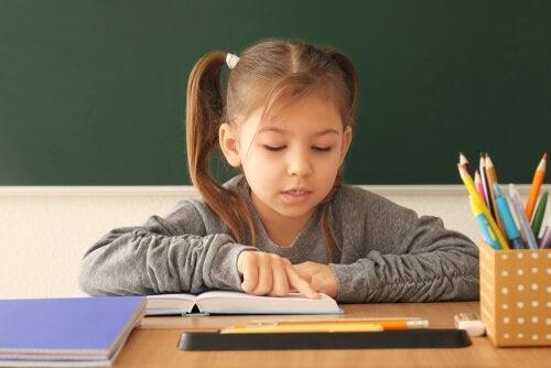 Meisje leert lezen