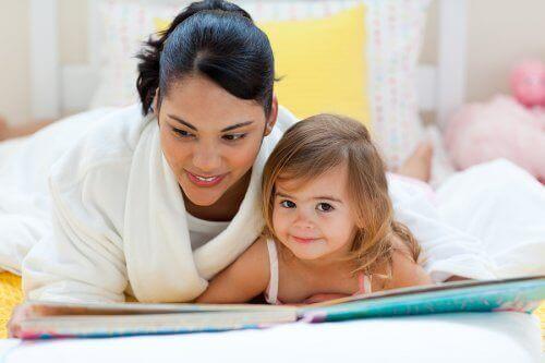 Moeder en kind lezen samen