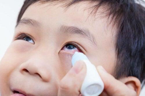 Kind krijgt oogdruppels