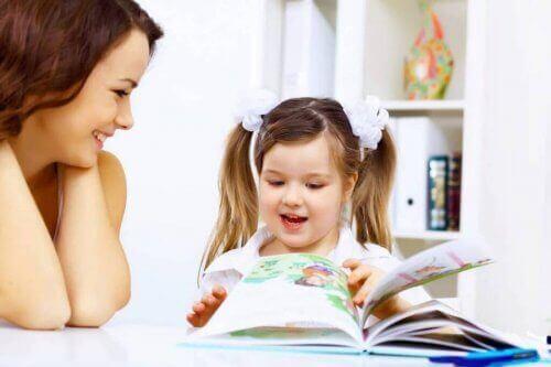 Een kind leest klassieke kinderverhalen