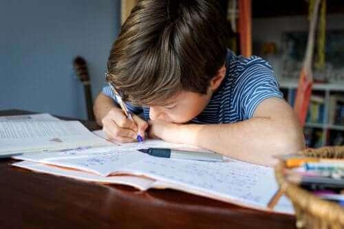 Kind maakt tijdens de lockdown zijn huiswerk