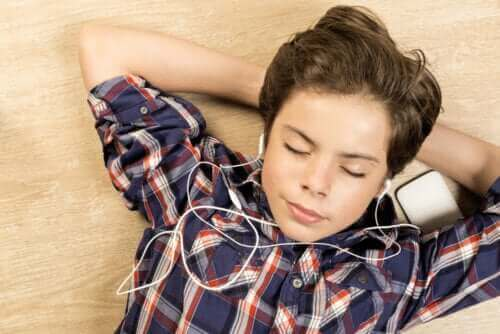 Jongen luistert naar muziek
