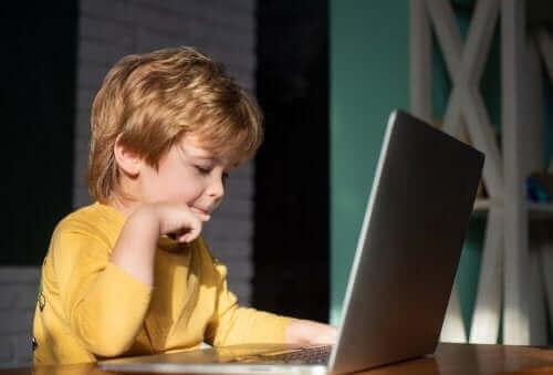 Huiswerk maken op een laptop