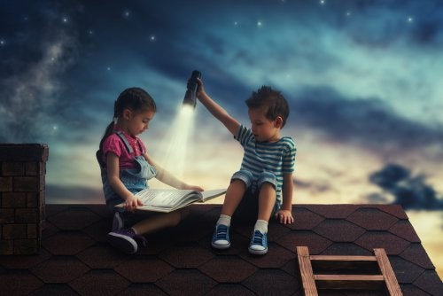 Kinderen zitten op een dak te lezen