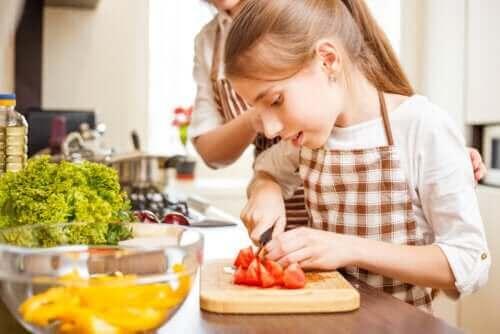 Moeder en dochter aan het koken