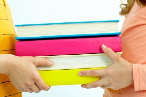 Kinderen dragen wetenschappelijke boeken