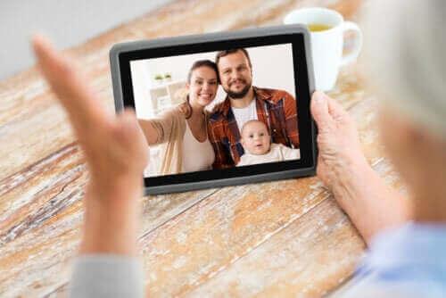 Een gezin in een videogesprek