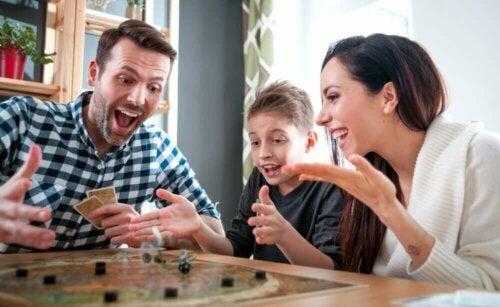 Bordspellen en kaartspellen spelen tijdens quarantaine