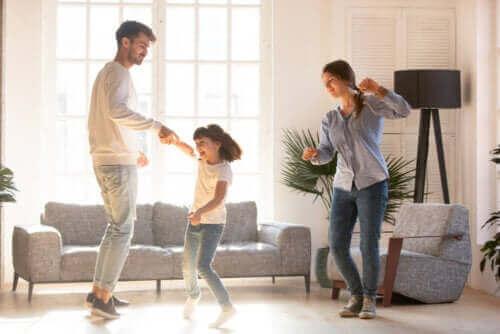 Familie thuis aan het dansen