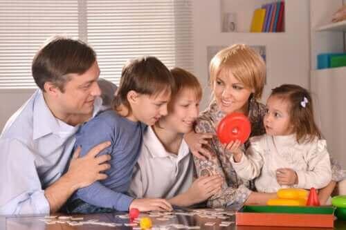 Bordspellen met gezin spelen tijdens quarantaine