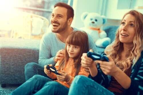 Familie speelt spelletjes tijdens de coronavirusisolatie