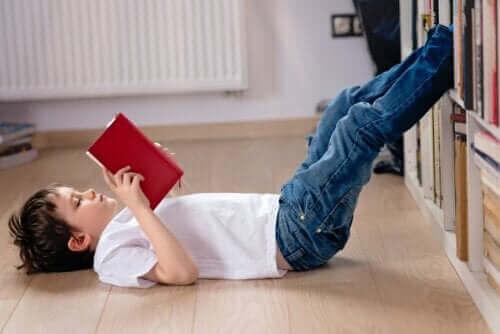 Jongen leest een boek.