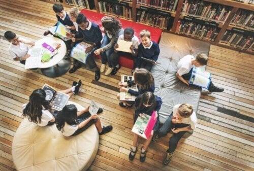 Kinderen in een bibliotheek