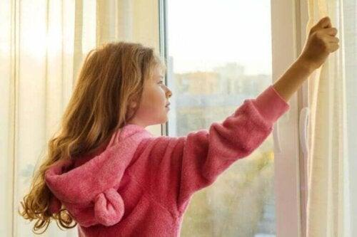 Meisje bij het raam