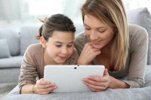 Moeder en dochter met een tablet