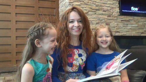 Moeder en dochters lezen samen.