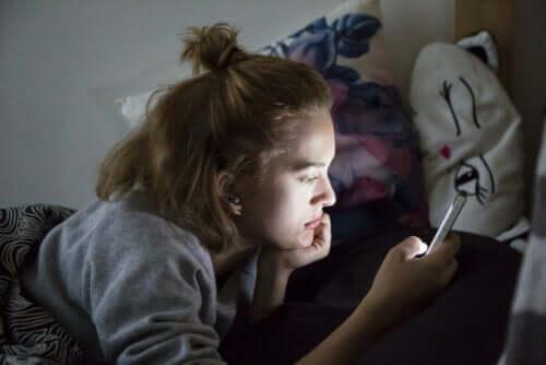 Puber met mobiele telefoon
