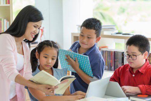 Familie leest boeken