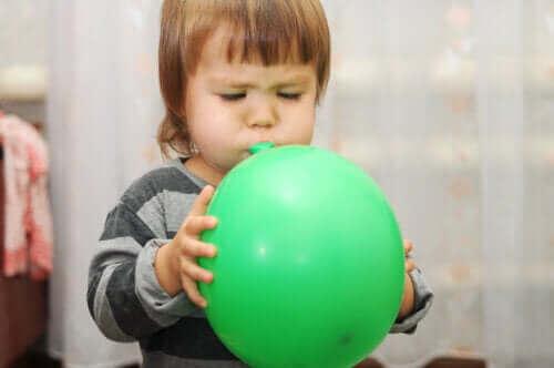 Kind met een groene ballon