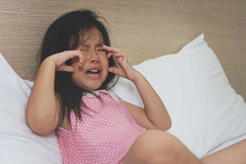 Meisje zit te huilen