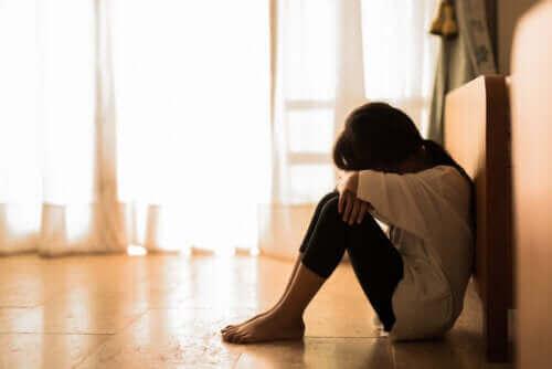 Meisje voelt zich verlaten en heeft last van affectieve tekortkomingen