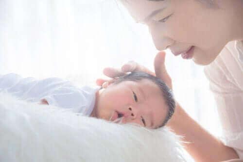 Moeder helpt baby in slaap te vallen
